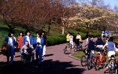仙台市の都市景観、榴ヶ岡公園でくつろぐ人々