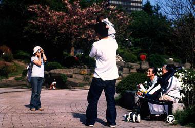 仙台市の都市景観、勾当台公園でくつろぐ人々